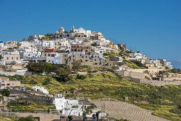 View of the medieval village of Pirgos built around a fortified hilltop (Photo: Tom Pfeiffer)