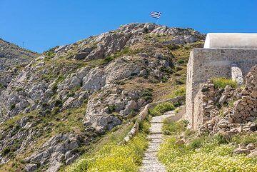 The trail follows the ridge of the limestone/marble basement rocks. (Photo: Tom Pfeiffer)