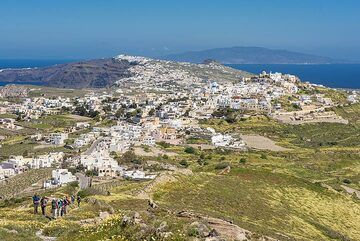 Soon, the view towards the islands in the north opens up. Ios Island can be seen in the background. (Photo: Tom Pfeiffer)