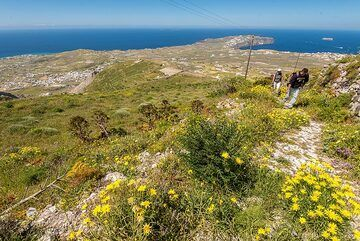We approach the summit area of the mountain. Looking back towards the SW with the Akrotiri peninsula in the background. (Photo: Tom Pfeiffer)