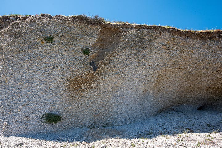 On flatter parts of the mountain, the Minoan pumice fall deposit, about 5 m thick, is still preserved. Here, a ballistic impact is seen in it. (Photo: Tom Pfeiffer)