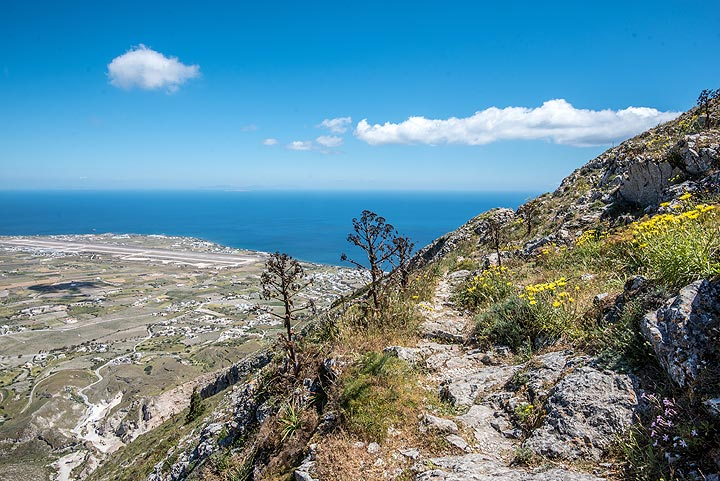 After passing the summit, our trail continues alongside the steep northern slope of Profitis Ilias. (Photo: Tom Pfeiffer)