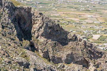 The ancient trail down to Kamari (Photo: Tom Pfeiffer)