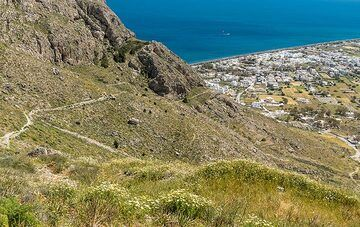 We will take the trail down towards Perissa beach. (Photo: Tom Pfeiffer)