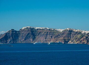 Fira must be busy today, with 3 cruise ships moored below... (Photo: Tom Pfeiffer)