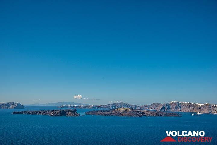 View over Palea and Nea Kameni islands in the caldera (Photo: Tom Pfeiffer)