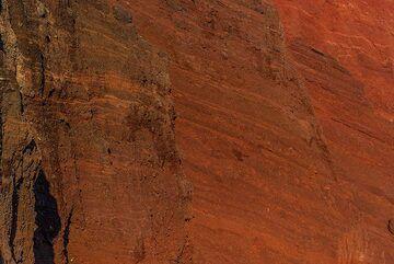 Red scoria layers (Photo: Tom Pfeiffer)