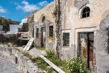 Abandoned old cave houses. (Photo: Tom Pfeiffer)