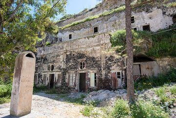 An old, once grand multi-story cave house's facade. (Photo: Tom Pfeiffer)
