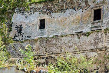 Abandoned cave house (Photo: Tom Pfeiffer)