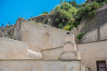 Chimney and arrangements of surfaces illustrating the peculiar esthetics that had developed in Santorini's traditional architecture,- something which can no longer be reproduced. (Photo: Tom Pfeiffer)