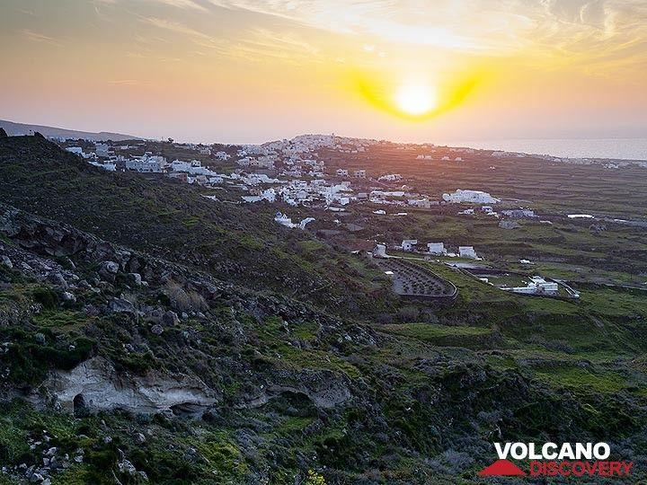 Sunset over the village Ia (OIA) (Photo: Tobias Schorr)