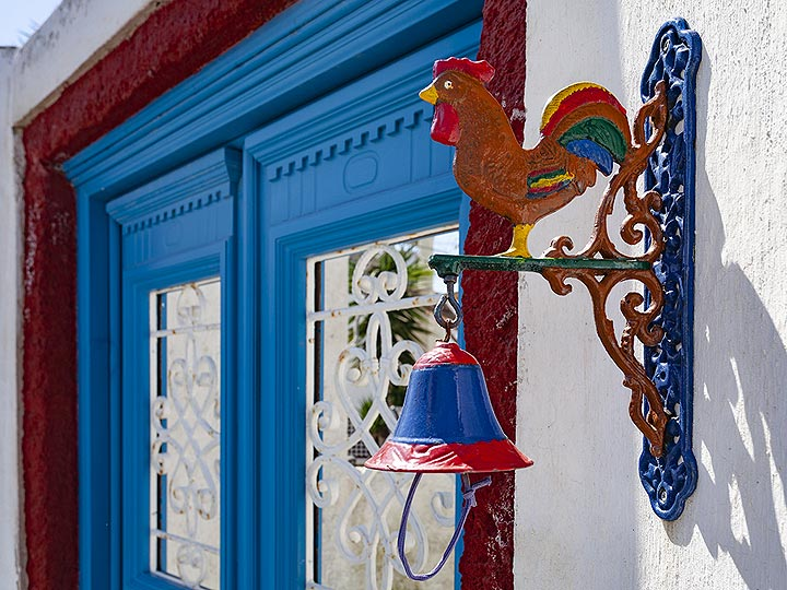 Colorful entrance in Megalochori/Santorini. (Photo: Tobias Schorr)