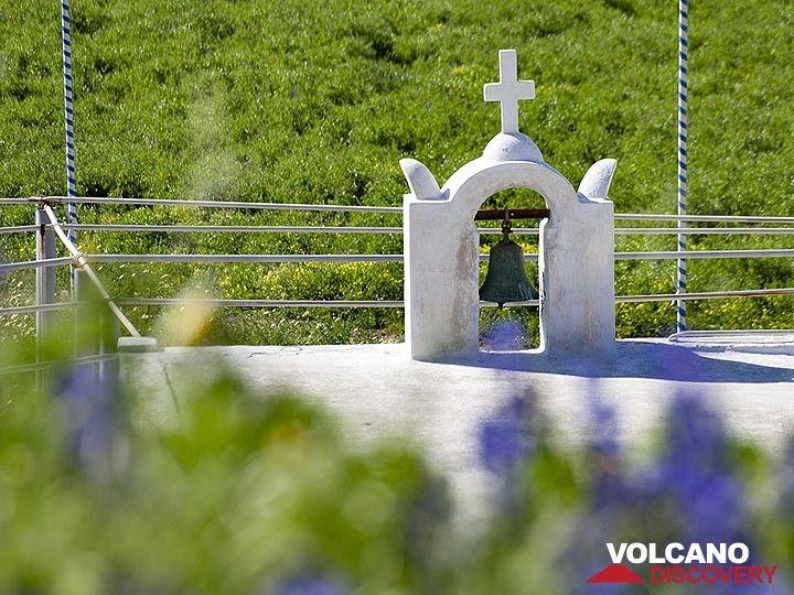 View onto the chapel of Kyra Panagia at the lavaflow of Kokkino Vouno Volcano at Ia (OIA) (Photo: Tobias Schorr)