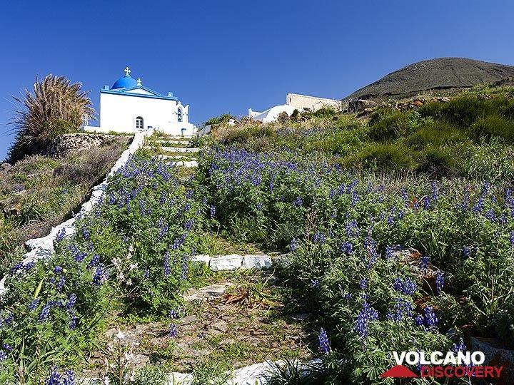 The church of Agios Konstantinos near the volcano Kokkino Vouno on Santorini. (Photo: Tobias Schorr)