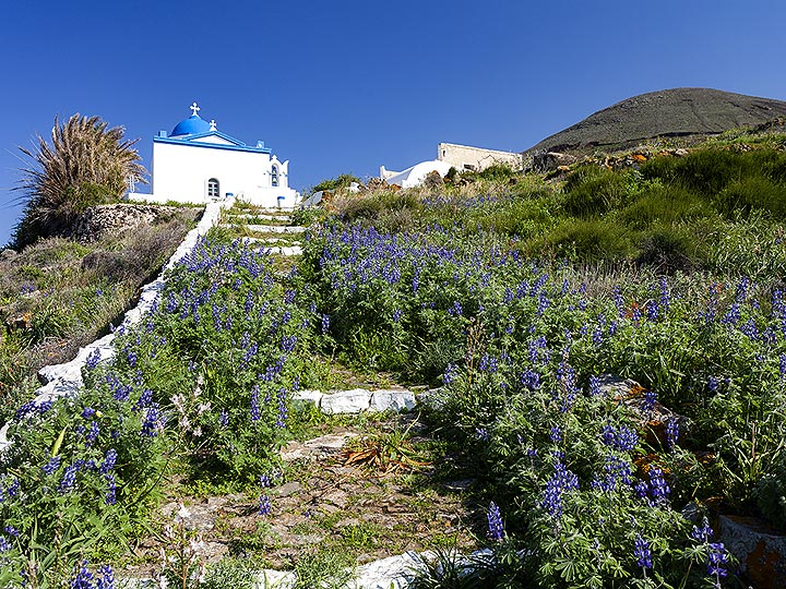 The church of Agios Konstantinos near the volcano Kokkino Vouno on Santorini. (Photo: Tobias Schorr)