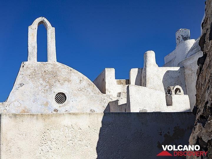 The chapel of St. Jakob on top of Pyrgos village on Santorini. (Photo: Tobias Schorr)