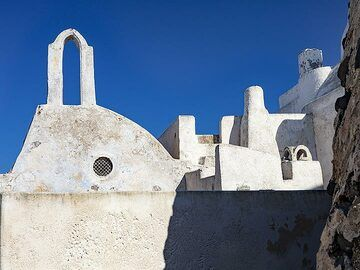The chapel of St. Jakob on top of Pyrgos village on Santorini. (Photo: Tobias Schorr)