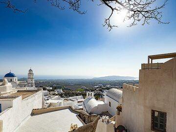 View from the entrance to the castle of Pyrgos towards Akrotiri. (Photo: Tobias Schorr)