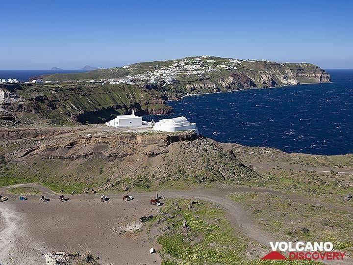 """View over the old pumice quarry """"Mavromatis"""" (today: Metaxas) towards the peninsula of Akrotiri. (Photo: Tobias Schorr)"""