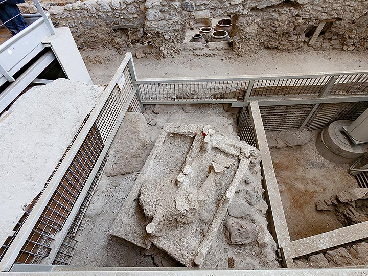 Because of the experiences with the Roman Pompeji, the archaeologists knew, that they should fill up any holes with plaster. In that case they were successful and an prehistoric bed was preserved. Prehistoric excavation site of Akrotiri /Santorini. (Photo: Tobias Schorr)