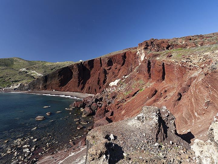 """The red half of a former cinder cone at the """"red beach"""" of Akrotiri. (Photo: Tobias Schorr)"""