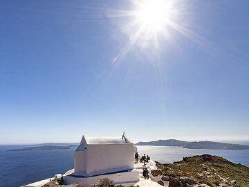 The chapel of Zoodohos Pigis and a view on the famous village Ia (OIA) on Santorini. (Photo: Tobias Schorr)