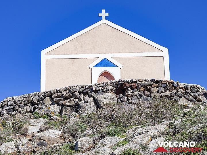 The nice design of the Zoodohos Pigis chapel on Santorini. (Photo: Tobias Schorr)