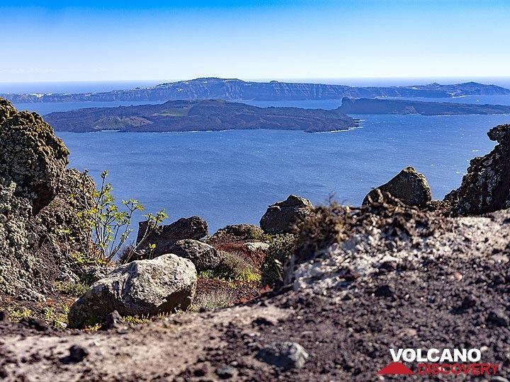 View from the volcanic dykes of Ia (OIA) towards the volcano island of Nea Kameni in the Santorini caldera. (Photo: Tobias Schorr)