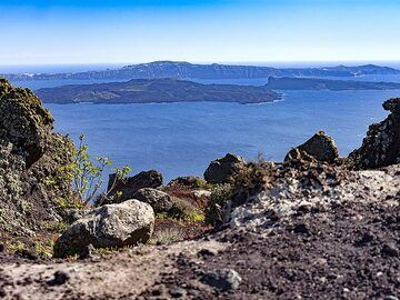 View from the volcanic dykes of Ia (OIA) towards the volcano island of Nea Kameni in the Santorini caldera. (Photo: Tobias Schorr)