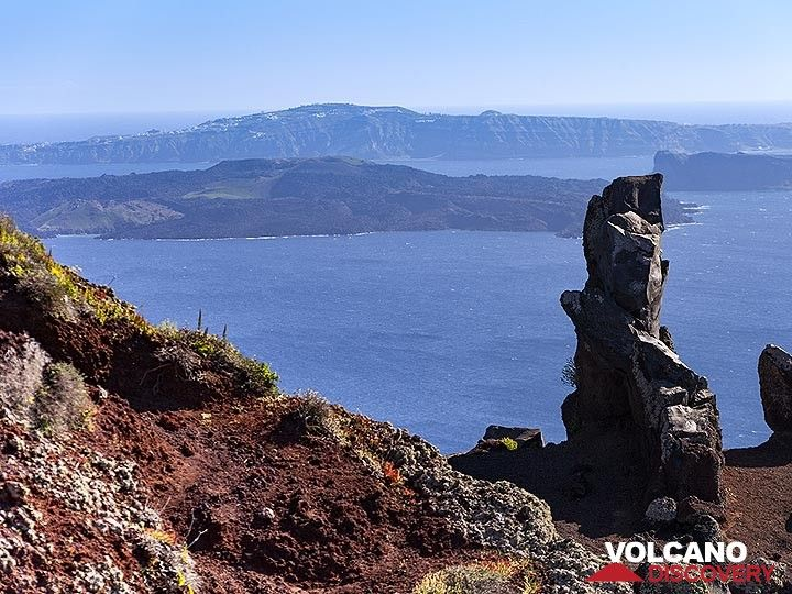 "A volcanic dyke of the former volcano ""Mavrovouno"" on Santorini. (Photo: Tobias Schorr)"