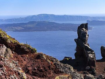 "A volcanic dyke of the former volcano ""Mavrovouno"" on Santorini. (Photo: Tobias Schorr)"