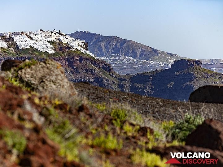 View over the volcanic soil towards the rock of Skaros, Imerovigli village and the top of Profitis Ilias mountain. (Photo: Tobias Schorr)