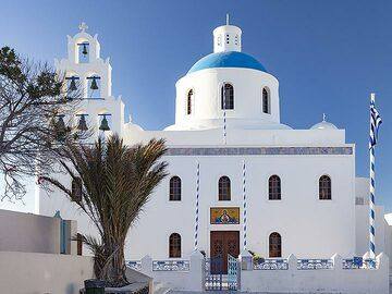 The main church of Panagia in Ia (OIA) village on Santorini. (Photo: Tobias Schorr)