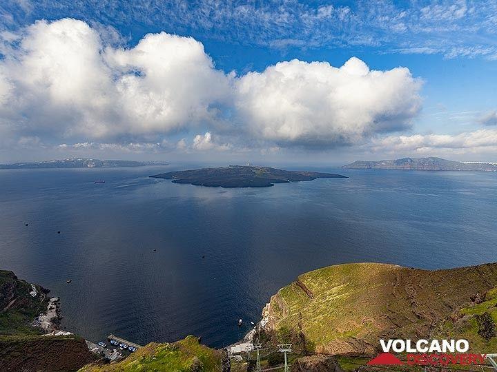 View into the caldera with Nea Kameni island. (Photo: Tobias Schorr)