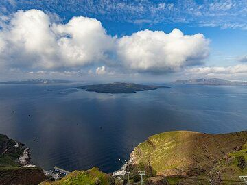View into the caldera with Nea Kameni island. (Photo: Tobias Schorr)