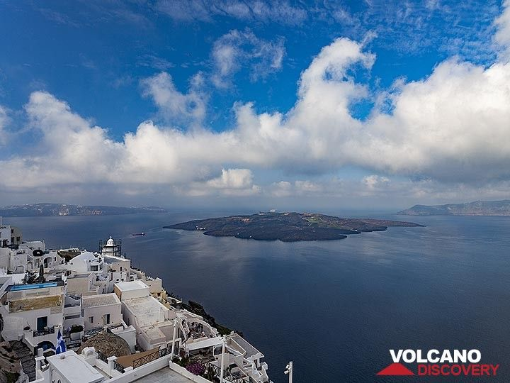 The old part of Thira town with Agios Minas church and the island of Nea Kameni in the middle of the Santorini caldera. (Photo: Tobias Schorr)
