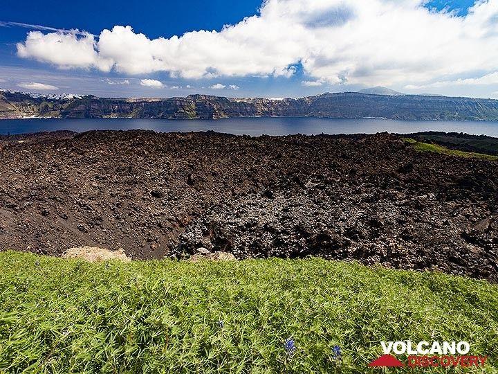The crater of the 1950 eruption on Nea Kameni island in the Santorini caldera. (Photo: Tobias Schorr)