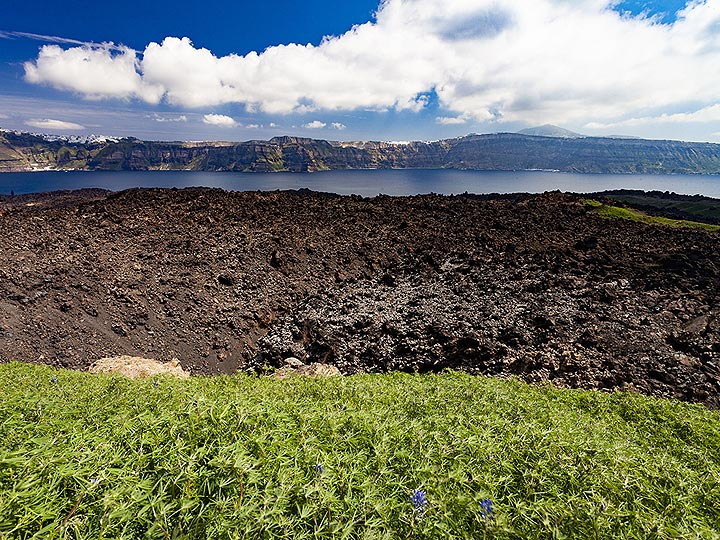 The crater of the 1950 eruption on Nea Kameni island in the Santorini caldera. (Photo: Tobias Schorr)