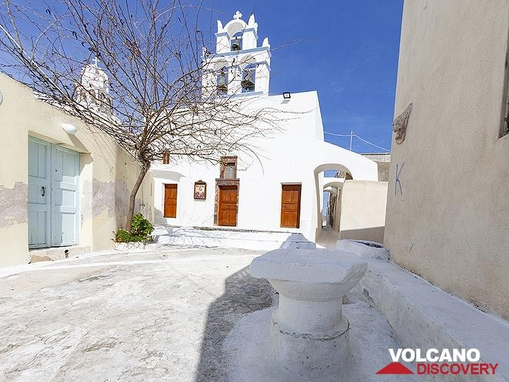 Church in the village of Emporio. In the front you can see an ancient part of an column. (Photo: Tobias Schorr)