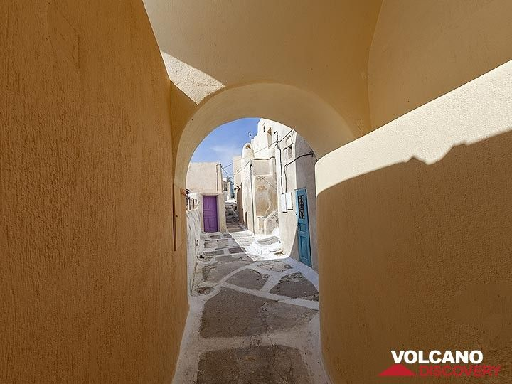 In the scenic lanes of Emporio village on Santorini. (Photo: Tobias Schorr)