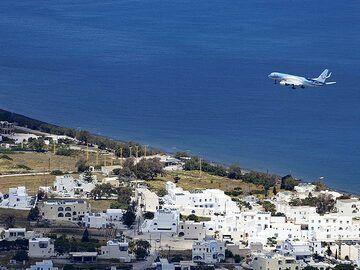 An airplane of TUI arriving at Santorini airport. (Photo: Tobias Schorr)