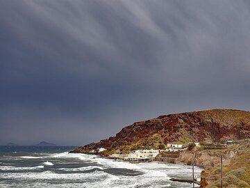 The red beach cinder cone at Akrotiri/Santorini. (Photo: Tobias Schorr)