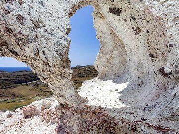 A little cave inside the volcanic tuff layers at Lumaravi/Akrotiri. (Photo: Tobias Schorr)
