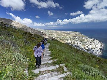 The group ascending to the excavations of ancient Thira. (Photo: Tobias Schorr)