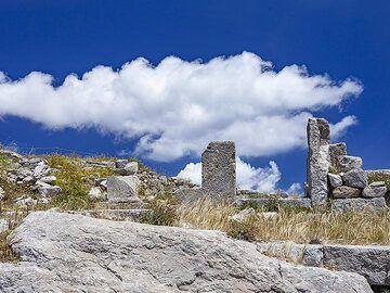 Ancient entrance at ancient Thira. (Photo: Tobias Schorr)