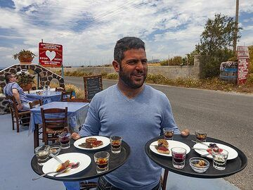 "Anna´s son serving specialities in the tavern ""Kali Kardia"". (Photo: Tobias Schorr)"