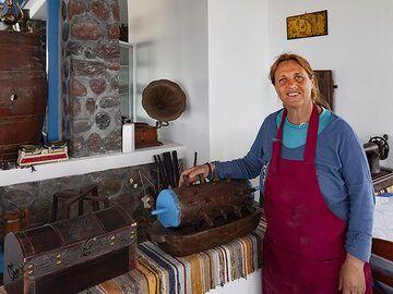 Anna at an old tomato press. (Photo: Tobias Schorr)