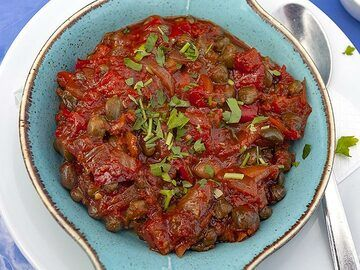 A local speciality made of tomatoes, capers, onions and garlic. (Photo: Tobias Schorr)