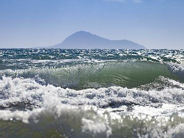 High waves at the beach of Vlyhada. In the back ground you see one of the volcanoes of Christiana islands. (Photo: Tobias Schorr)